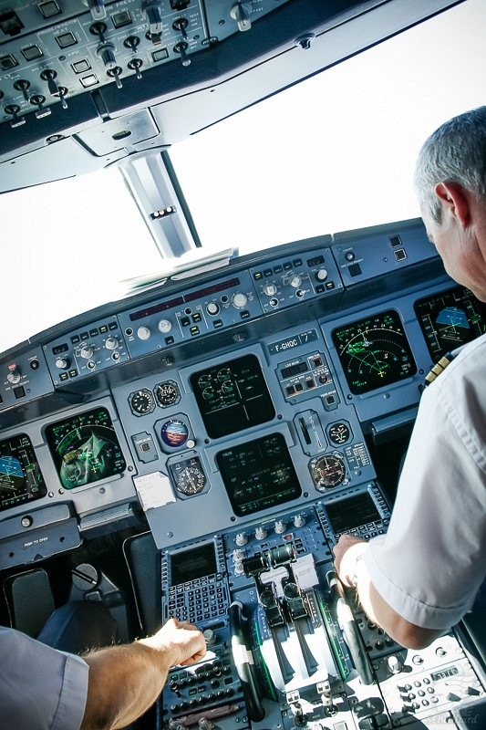Cockpit of Airbus A320