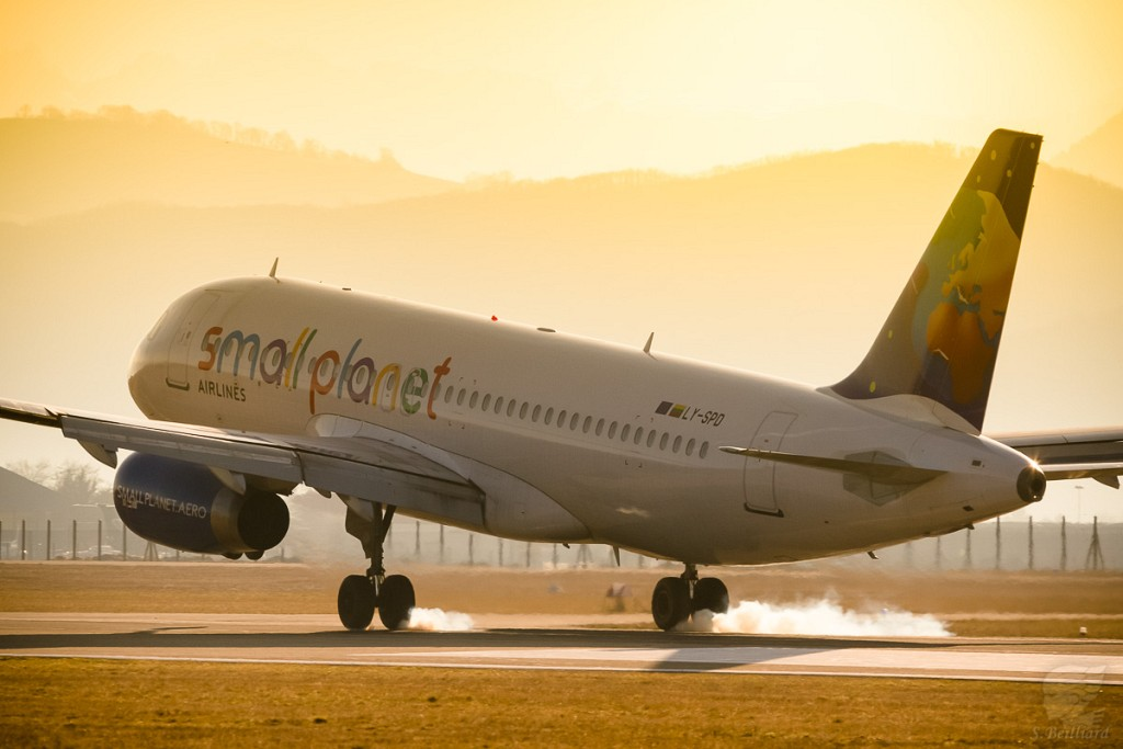 Airbus A320 Small Planet Touchdown